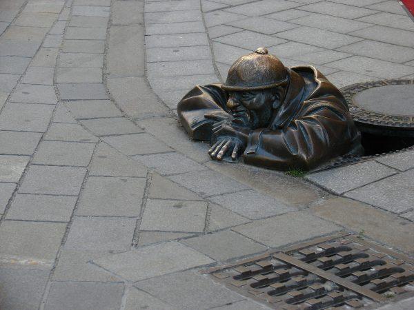 Avio karte Beograd Bratislava skulkture po ulici